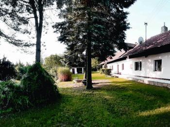 boční pohled na dům se zahradou - Prodej domu v osobním vlastnictví 248 m², Smidary