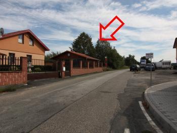 pohled na pozemek z ulice - Prodej pozemku 2093 m², Říčany