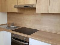 dřevo dekor kuchyňské linky (Prodej bytu 3+kk v osobním vlastnictví 60 m², Velim)