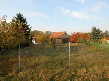 Pohled na parcelu z místní komunikace - Prodej domu v osobním vlastnictví 34 m², Svojšice