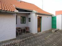 Posezení u domu - Prodej domu v osobním vlastnictví 34 m², Svojšice