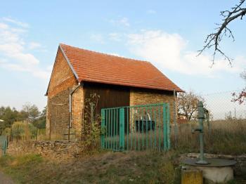 Pohled na stodolu - Prodej domu v osobním vlastnictví 34 m², Svojšice