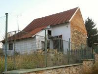 Pohled na stodolu ze spodní části parcely - Prodej domu v osobním vlastnictví 34 m², Svojšice