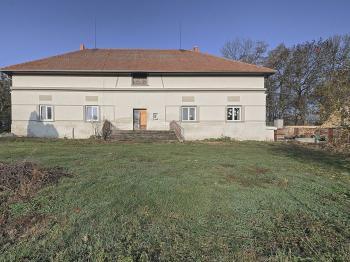 hlavní budova pohled ze zahrady - Prodej domu v osobním vlastnictví 214 m², Svojšice