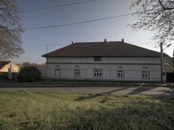 hlavní budova pohled z ulice - Prodej domu v osobním vlastnictví 214 m², Svojšice