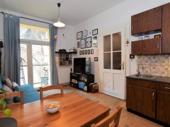 obývací pokoj s kuchyňským koutem, 16 m2  - Prodej bytu 2+kk v družstevním vlastnictví 55 m², Praha 9 - Vysočany