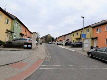 pohled na klidnou, neprůjezdnou, příjezdovou ulici - Prodej domu v osobním vlastnictví 125 m², Dobročovice