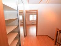 chodba s vestavěnou šatní skříní - Prodej domu v osobním vlastnictví 125 m², Dobročovice
