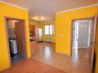 pohled na vstupní chodbu, kuchyň a samostatnou toaletu - Prodej domu v osobním vlastnictví 125 m², Dobročovice