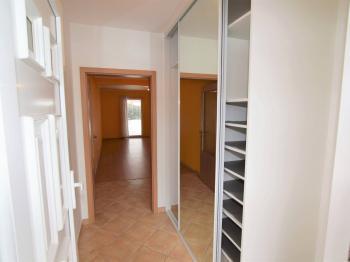 zádveří s vestavěnou šatní skříní, 4 m2 - Prodej domu v osobním vlastnictví 125 m², Dobročovice