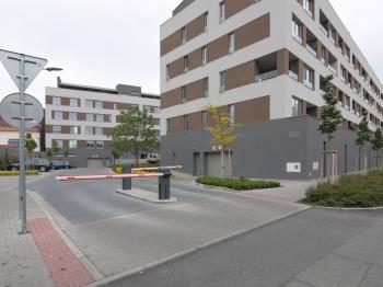 Vjezd do areálu bytového domu Street Kolín - Pronájem garážového stání 14 m², Kolín