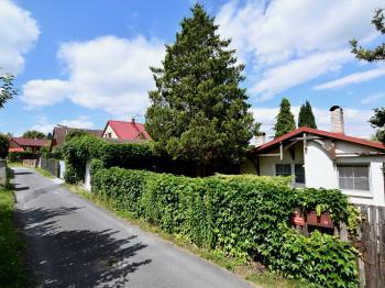 pohled od příjezdové cesty - Prodej domu v osobním vlastnictví 105 m², Louňovice
