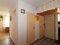 pohledn na vstupní dveře do bytu, chodba, 9,6 m2 - Prodej bytu 4+1 v osobním vlastnictví 83 m², Praha 4 - Kamýk