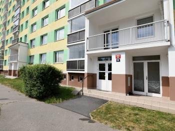 pohled na vstup do domu - Prodej bytu 4+1 v osobním vlastnictví 83 m², Praha 4 - Kamýk