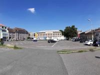 parkovací stání před obchodním domem na parkovišti - Pronájem komerčního objektu 1500 m², Kolín