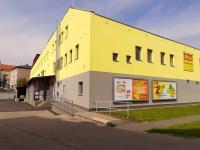 zadní pohled na obchodní dům - zásobovací plocha - Pronájem komerčního objektu 1500 m², Kolín