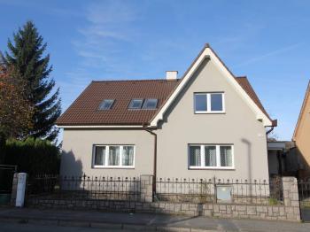 pohled z ulice - Pronájem bytu 3+kk v osobním vlastnictví 64 m², Uhlířské Janovice