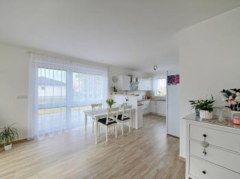 Obývací pokoj s kuchyní - Prodej domu v osobním vlastnictví 115 m², Cerhenice