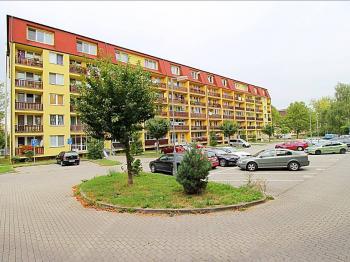pohled na bytový dům - Prodej kancelářských prostor 27 m², Milovice