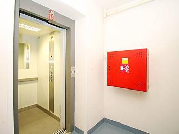 výtah u vchodu do prostoru - Prodej kancelářských prostor 27 m², Milovice