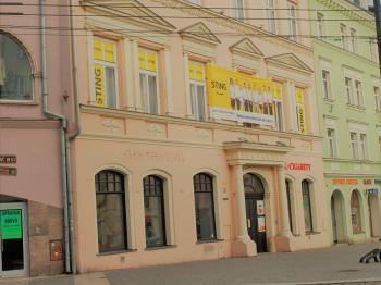 V přízemí zavedený bar - Prodej komerčního objektu 1228 m², Opava