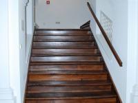 Krásné dubové schody v celé budově - Prodej komerčního objektu 1228 m², Opava