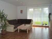Hlavní obytný prostor se vstupem na zahradu (Prodej domu v osobním vlastnictví 215 m², Čakovičky)