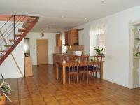 Hlavní obytný prostor s kuchyní a jidelnou (Prodej domu v osobním vlastnictví 215 m², Čakovičky)