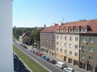 Výhled z okna do ulice (Prodej bytu 3+1 v osobním vlastnictví 64 m², Praha 6 - Břevnov)