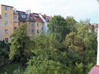 Výhled z okna do vnitrobloku (Prodej bytu 3+1 v osobním vlastnictví 64 m², Praha 6 - Břevnov)