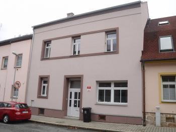 pohled z ulice - Prodej domu v osobním vlastnictví 105 m², Plzeň