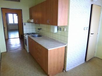 kuchyně, dveře do koupelny - Prodej bytu 2+1 v osobním vlastnictví 63 m², Plzeň