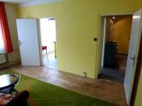 pohled do kuchyně a do předsíně - Pronájem bytu 2+1 v osobním vlastnictví 49 m², Plzeň