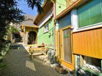 Několik samostatných vstupů (Prodej nájemního domu 420 m², Brno)