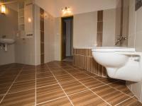 Horní koupelna (Prodej bytu 2+kk v osobním vlastnictví 67 m², Brno)
