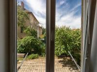Výhled z oken do klidného vnitrobloku (Prodej bytu 1+kk v osobním vlastnictví 36 m², Brno)