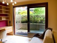 Obytná místnost s velkým posuvným oknem (Prodej bytu 1+kk v osobním vlastnictví 32 m², Praha 9 - Vysočany)
