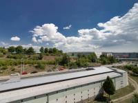 Výhled z pokojů a ZŠ Kamínky a zastávka MHD (Prodej bytu 4+1 v osobním vlastnictví 85 m², Brno)