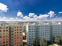 Výhled z kuchyně a lodžie (Prodej bytu 4+1 v osobním vlastnictví 85 m², Brno)