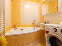 Prostorná koupelna s rohovou vanou  (Prodej bytu 4+1 v osobním vlastnictví 85 m², Brno)