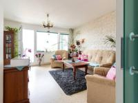 Obývací pokoj oddělují skleněné posuvné dveře (Prodej bytu 4+1 v osobním vlastnictví 85 m², Brno)