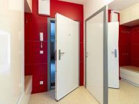 Vestavní skříně s maxuimálním využitím prostoru a skvěle sladění s interiérem (Prodej bytu 4+1 v osobním vlastnictví 85 m², Brno)