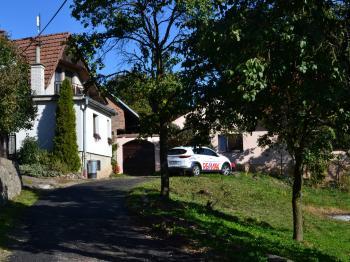 Pohled na dům z boku - Prodej domu 147 m², Strhaře