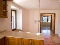 Pohled z kuchyně přes chodbu do obývacího pokoje - Prodej domu 147 m², Strhaře