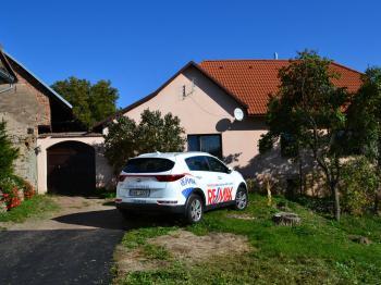 Pohled na dům - brána do dvora - Prodej domu 147 m², Strhaře
