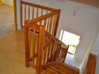 Dřevěné schodiště - Prodej domu 147 m², Strhaře