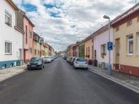 Pohled na ulici - Prodej domu v osobním vlastnictví 100 m², Kroměříž