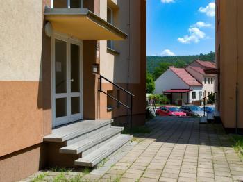 Vchod do domu - Prodej bytu 2+1 v osobním vlastnictví 51 m², Brno