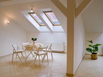 Jídelna opticky oddělena od obývacího pokoje - Prodej bytu 4+kk v osobním vlastnictví 138 m², Brno
