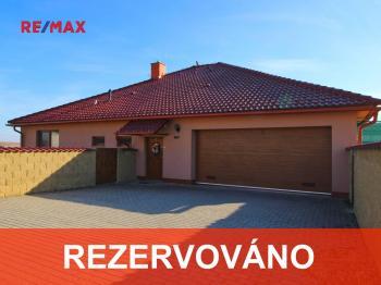 RD Pohled  z ulice - Prodej domu v osobním vlastnictví 235 m², Hluboké Mašůvky
